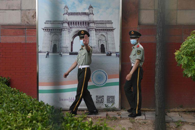 Chinese paramilitairen patrouilleren buiten de Indiase ambassade in Beijing. De landen proberen hun relatie niet al te zeer te laten verzieken door een slepend grensconflict. Beeld AFP