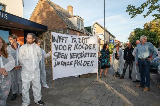 inwoners van Rilland proterteren tegen de komst van de biovergister.