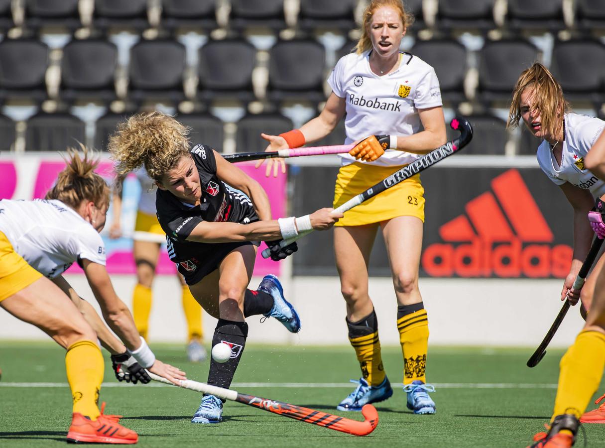 Margot van Geffen in duel met Maria Verschoor.