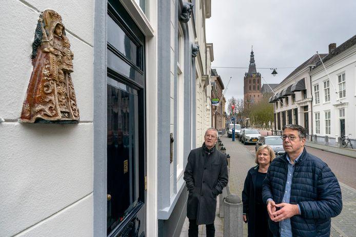 Proost Ruud Dirriwachter (rechts) Erna van Poppel en Bob Saarloos van het broederschap willen Maria in huis brengen.