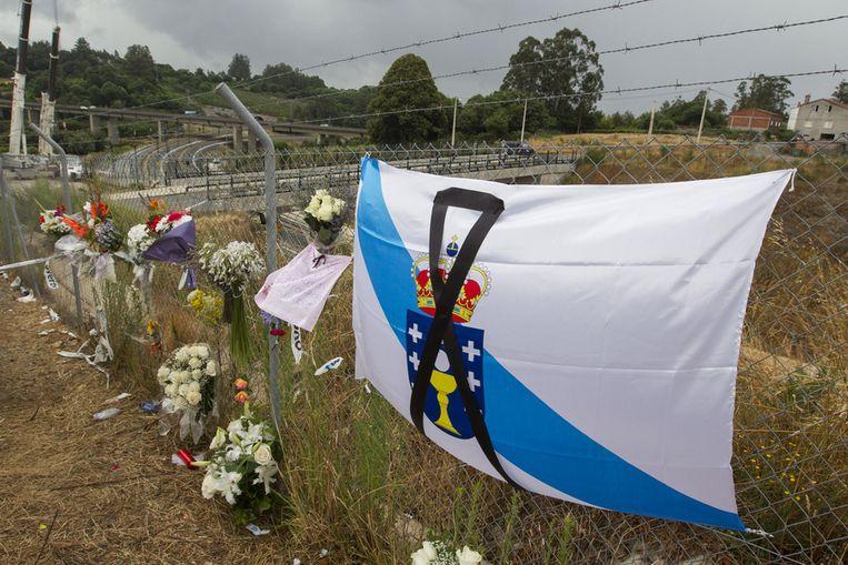 Bloemen bij een herdenkingsplek langs het spoor nabij Santiago de Compostella. Beeld ap