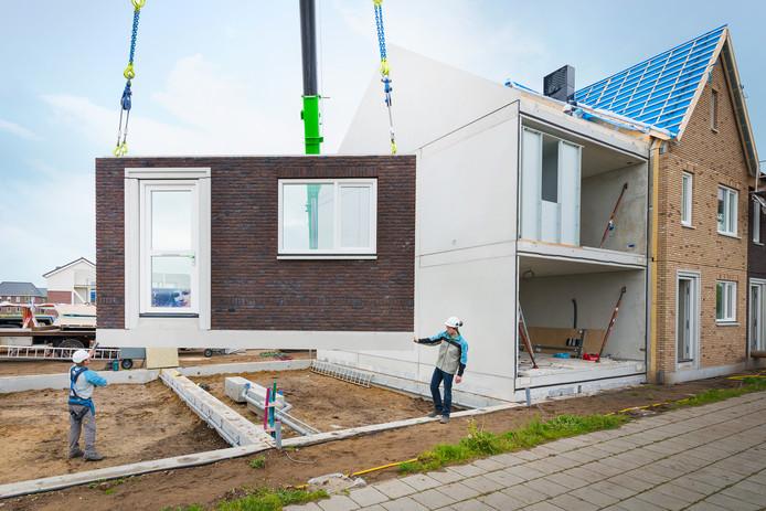 Volkerwessels experimenteert met onderdelen van woningen, zoals gevels, die al in de fabriek gemaakt worden.
