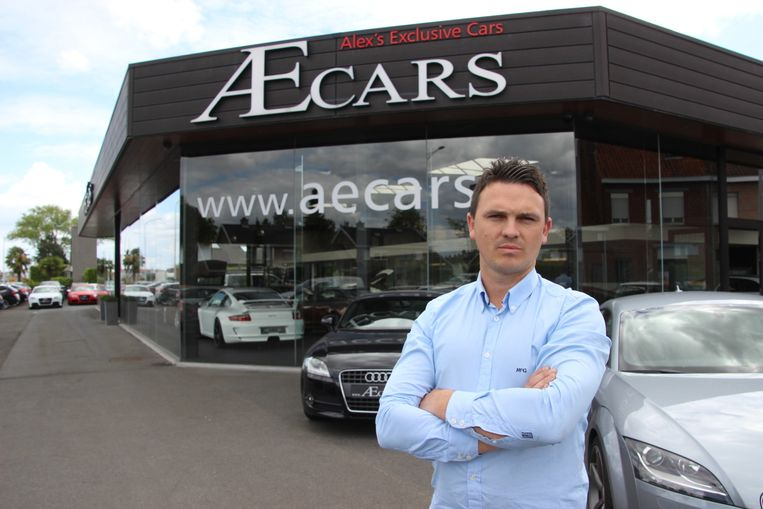 Alexander Roelens bij zijn zaak AE Cars.
