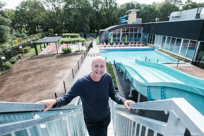 Thony Mul Rozengaarde, bij het nieuwe gedeelte van het zwembad buitenbad met glijbaan.