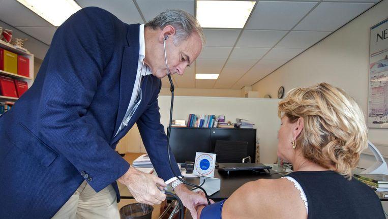 In de top 10 van klachten waarmee patiënten naar de huisarts gaan, staan negen alledaagse ziekten, zoals hoge bloeddruk, moeheid en wratten. Beeld anp