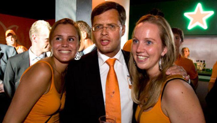 Minister President Jan Peter Balkenende begeeft zich na de persconferentie in het Holland Heineken Huis nog even op de dansvloer tijdens de Olympische Spelen in Vancouver. Beeld