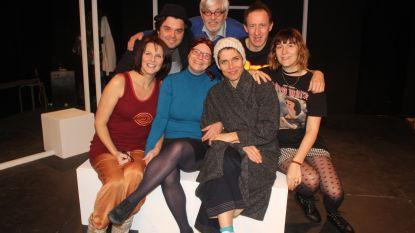 """Joke Devynck maakt regiedebuut bij Toneelatelier Aalst en de acteurs zijn in de wolken: """"Wij krijgen een masterclass acteren"""""""