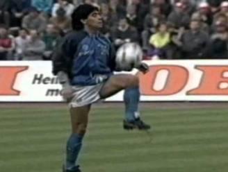 Iconische beelden: Diego Maradona jongleert op tonen van 'Live is life'