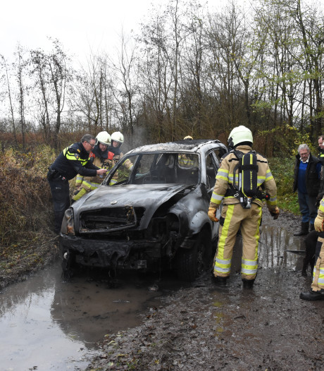 Auto van jager brandt uit in uiterwaarden bij Olst, politie vermoedt opzet