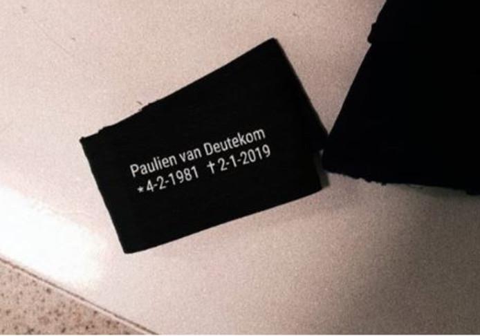 De rouwband die gedragen wordt ter ere van Paulien van Deutekom