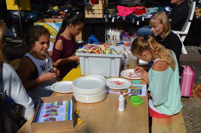 Kinderen knutselen tijdens het nazomerfestival in Zevenbergen.