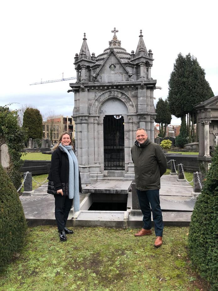 Districtsburgemeester Evi van der Planken en Antwerps schepen Fons Duchateau (N-VA) bij een graftempel op de begraafplaats in Berchem.