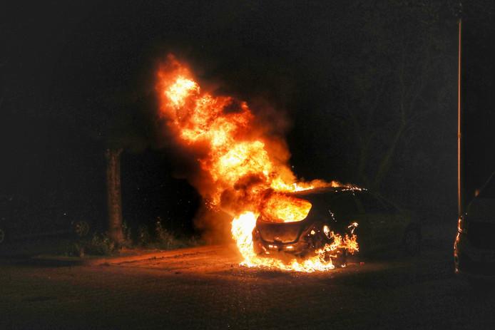 De auto ging geheel in vlammen op.