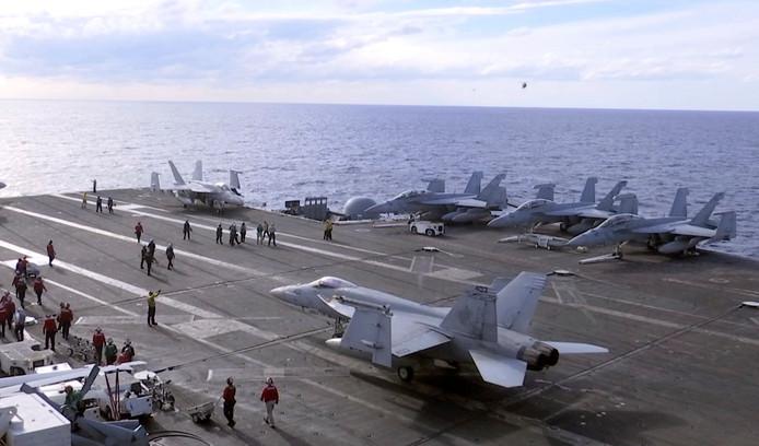 F-18 straaljagers op het Amerikaanse vliegdekschip USS Ronald Reagan tijdens een oefening voor de kust van Iwakuni.