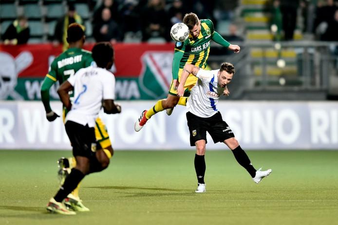 ADO-verdediger Aaron Meijers wint het kopduel van Roy Beerens van Vitesse.