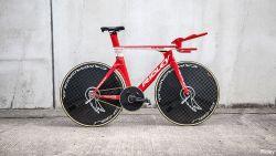 Met déze fiets vol symboliek valt Campenaerts werelduurrecord van Wiggins aan