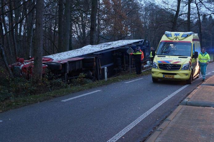 De gekantelde vrachtwagen. Foto: News United / 112 Achterhoek-Nieuws