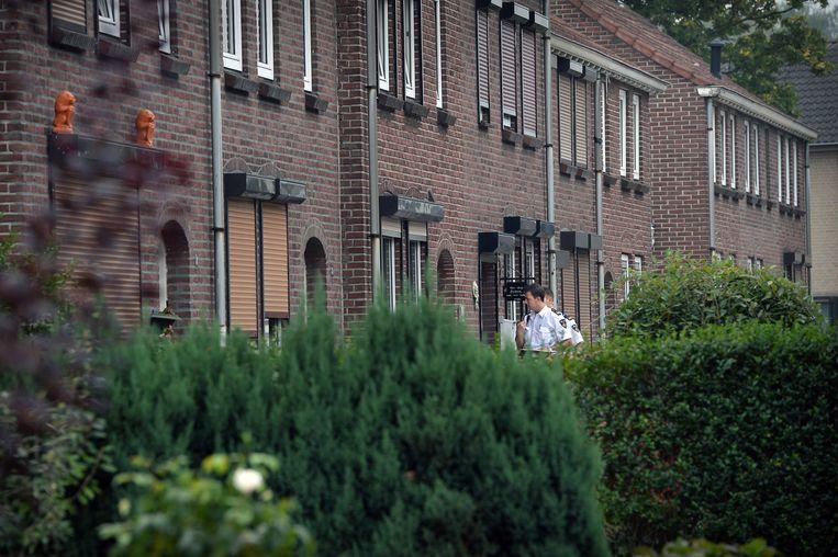 De politie rolt een hennepkwekerij op in een rijtjeswoning. Beeld Marcel van den Bergh / de Volkskrant