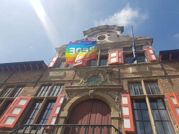 De regenboogvlag in Kaprijke.