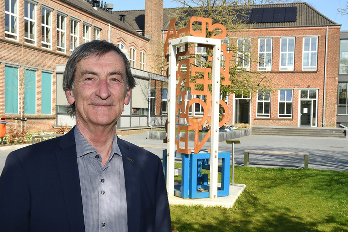 OMO-bestuursvoorzitter Eugène Bernard, onlangs tijdens een werkbezoek op het Elzendaalcollege in Boxmeer.
