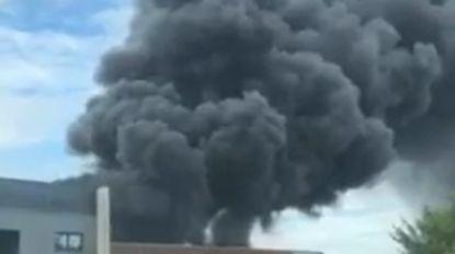 Enorme rookpluim kilometers ver zichtbaar: zware brand bij recyclagebedrijf in Houthalen-Helchteren