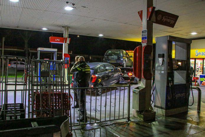 Politie houdt drie personen aan en neemt twee auto's in beslag na bedreiging bij tankstation.