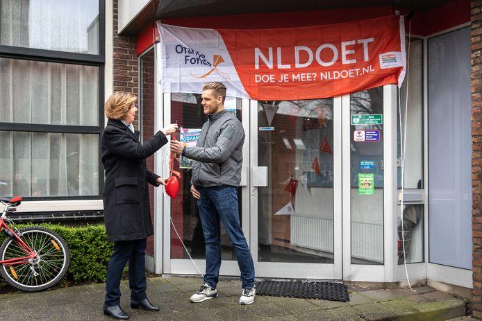 Wethouder Annebeth Evertz van de gemeente Kapelle met Daniël Visser van de Stichting Dorpshuis Schore. De stichting kan de plannen uit de dorpsvisie niet waarmaken met het vorige week toegekende budget.
