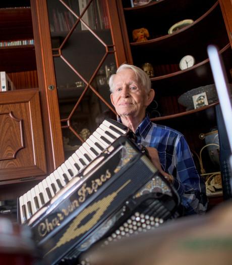 Muzikant en dj Roel (82) uit Enschede treedt nog steeds op: 'Ik speel tot ik de kist in ga'
