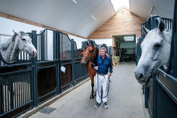 Stephan in zijn moderne stallen, waar 225 volbloeden staan.