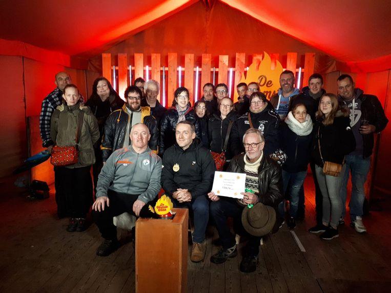 Het team achter 'Dolfijntje for Life' ging de cheque overhandigen in Wachtebeke.