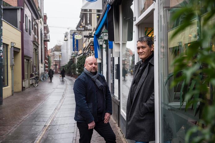 Eigenaar Andy Koopman (r) van restaurant Saté en Zo en horecamakelaar Jan Ligtenberg  voor de deur van het restaurant aan de Stadsgravenstraat in Enschede.