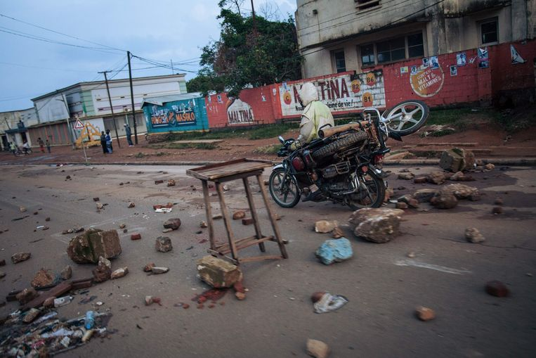 De ravage op de hoofdstraat van de Congolese stad Beni op donderdag na een demonstratie tegen het uitstelling van de verkiezingen. Beeld AFP
