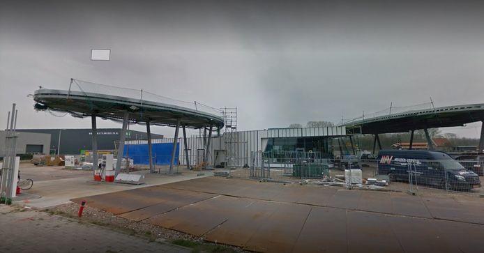 Het tankstation in Enter. Op deze foto zijn de pomp en de shop nog in aanbouw.