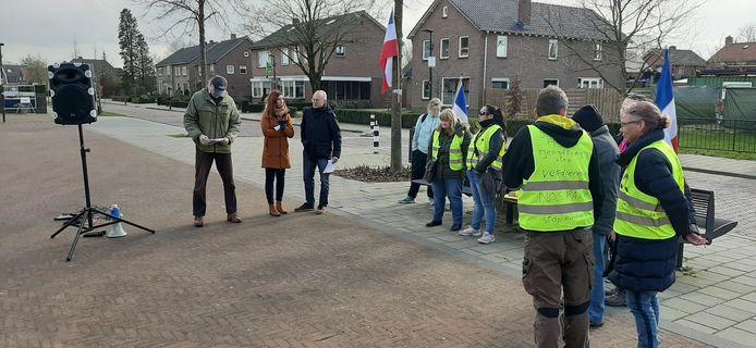 Een tiental demonstranten verzamelde zich woensdagmiddag op het plein tegenover jeugdzorginstelling 't Anker.