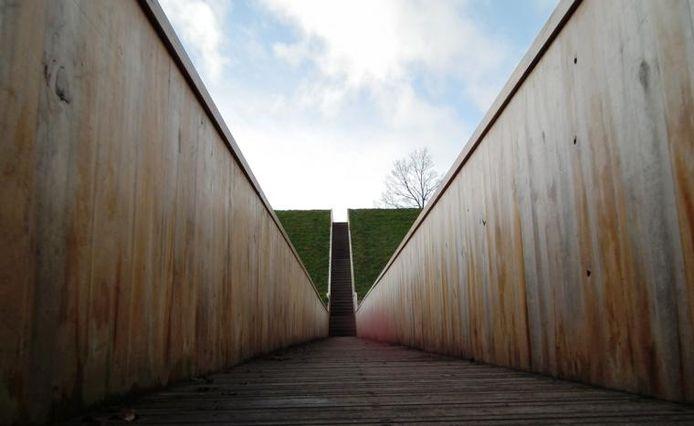 De loopgraafbrug in de gracht van Fort de Roovere spreekt ook in het buitenland tot de verbeelding.foto Jan van de Kasteele