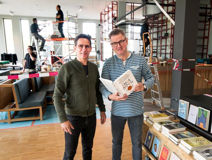 Erik Derksen (r) en compagnon Bob openen zaterdag hun horecagelegenheid Buurten in de bieb van Leidsche Rijn Centrum.