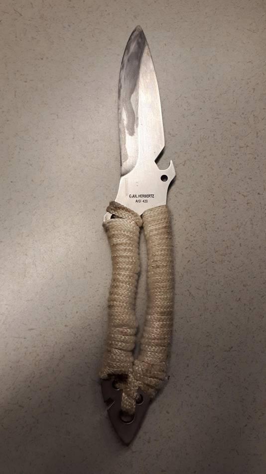 De verdachte had behalve een kleine hakbijl ook dit mes bij zich.