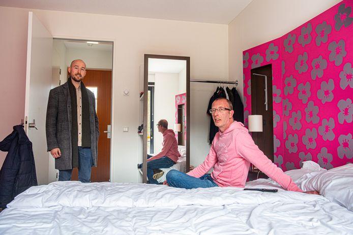 Dakloze Michel Scheffers in zijn hotelkamer van ISVW, links Daan Schakelaar.