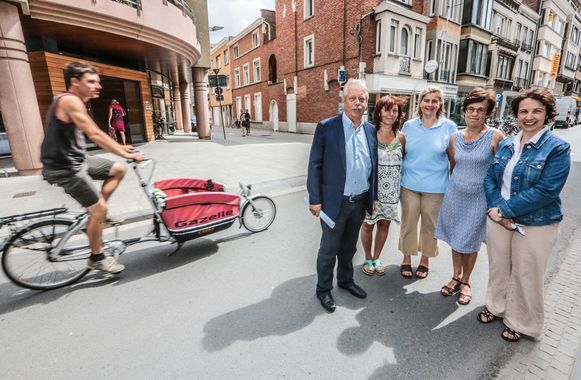 Unizo-voorzitter Dirk Dupont en handelaars Katrien De Brabander, Severine de Lophem, Gilda Schaerlaeckens en Valerie Descamps in de Budastraat.