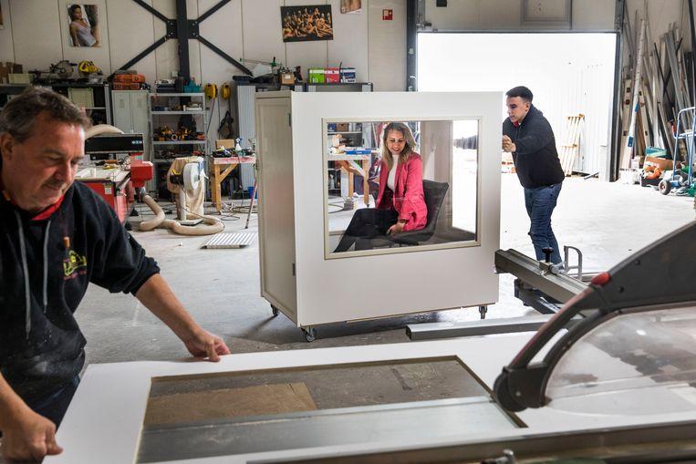 Bij Onderhoudsbedrijf van Balen in Maassluis wordt De 'kom op visite' kar gedemonstreerd. De karren zijn al afgenomen door verschillende verpleeghuizen en vol in productie.  Beeld Arie Kievit
