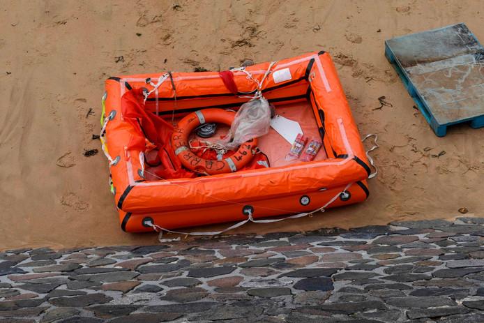 """Het reddingsvlot van de vissersboot  """"Carrera"""" spoelde aan op het strand bij Les Sables-d'Olonne."""