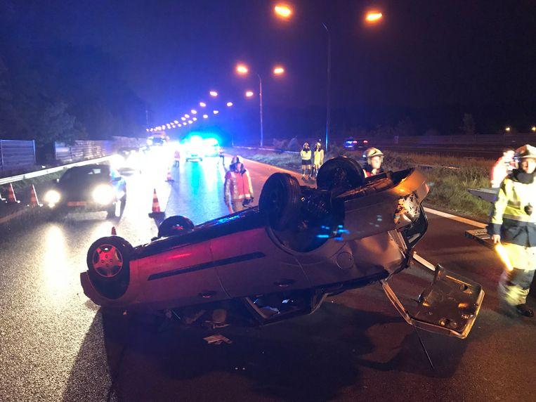 Een andere wagen ging over de kop. De chauffeur van die wagen liep zware verwondingen op.