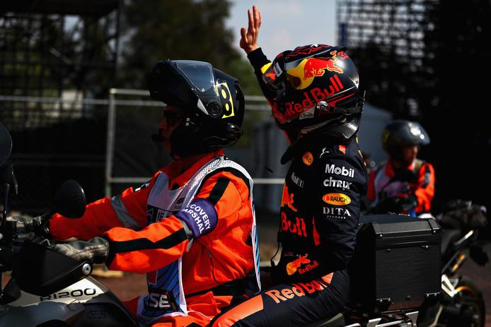 Achterop de scooter zwaait Max Verstappen naar zijn fans in Mexico.