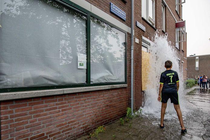 In Den Haag werden de afgelopen week ook veel brandkranen gebruikt voor vertier.