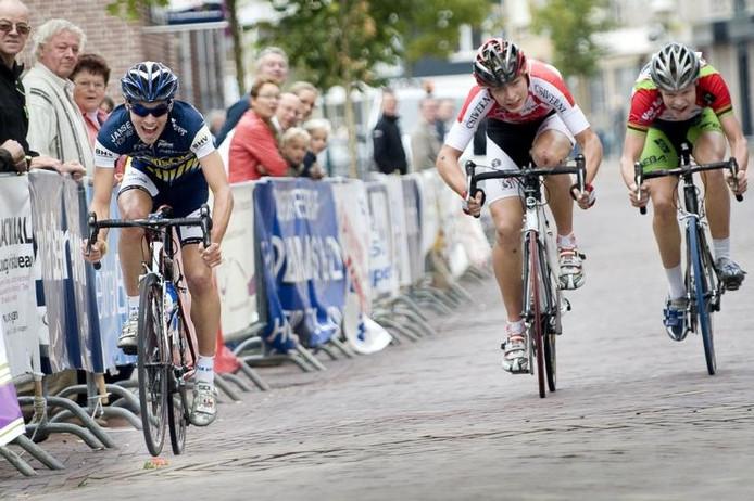 Ricardo van de Klundert (links) wint in zijn eigen Hoogerheide, voor Wim Hofstede en Bob van den Enden.foto Tonny Presser/het fotoburo
