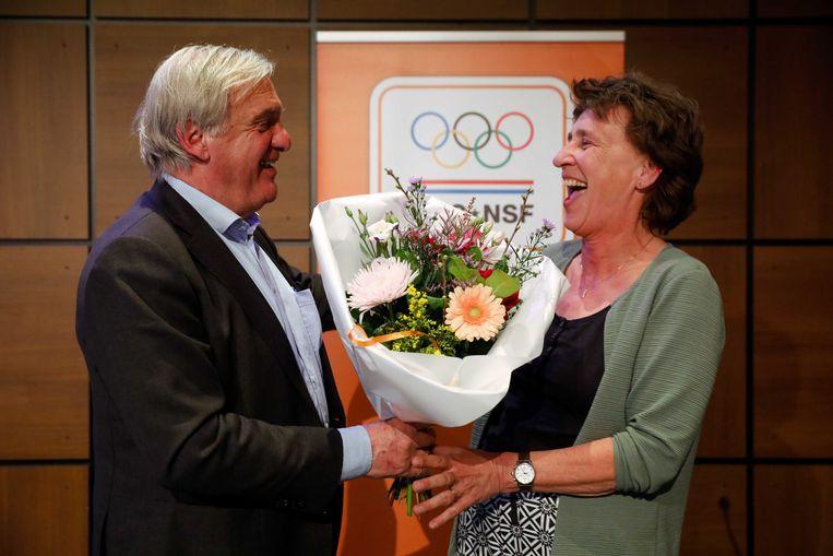 Anneke van Zanen krijgt bloemen van haar voorganger André Bolhuis. Beeld ANP