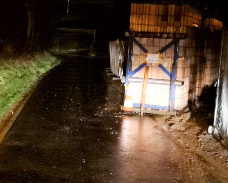 De toestand 's avonds. De lichten van een wagen zijn de enige verlichting aan het obstakel.