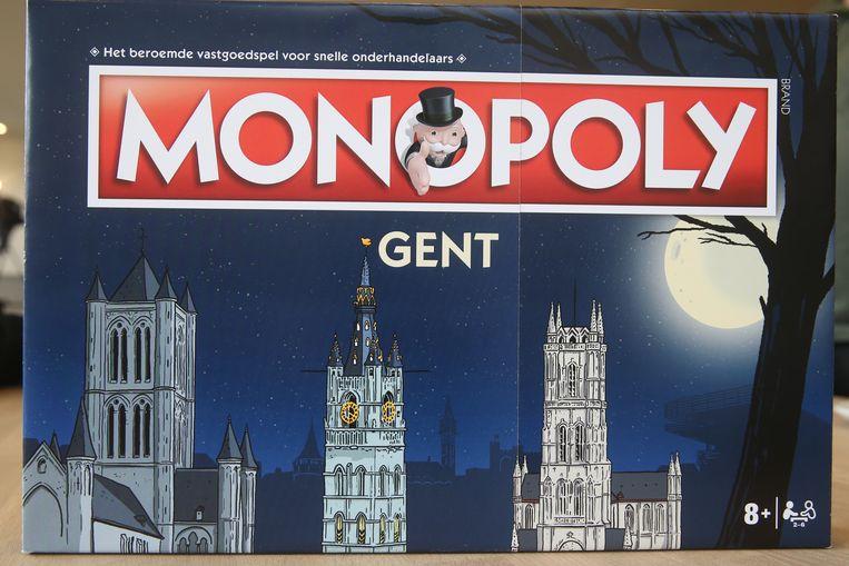 De doos van Monopoly Gent beeldt de drie torens af die de skyline van de stad domineren.