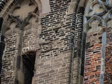 Help, de toren van de Bovenkerk in Kampen staat scheef