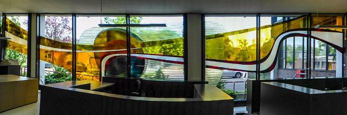 Het enorme glaskunstwerk van Alexander Weiss zoals het tot voor kort in het stadskantoor te zien was. Het dreigt te worden gesloopt.